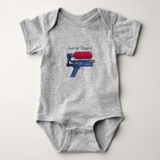 Wasser-Gewehr bewaffnet und gefährlich Baby Strampler