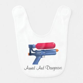 Wasser-Gewehr bewaffnet und gefährlich Lätzchen