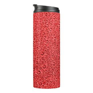 Wasser-Kondensations-Tröpfchen über heitrem Rot Thermosbecher