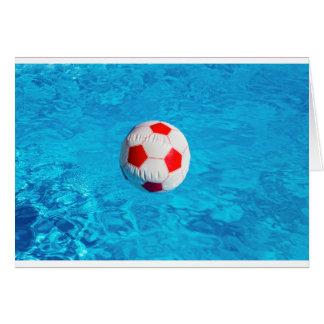 Wasserball, der in blauen Swimmingpool schwimmt Karte