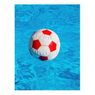 Wasserball, der in blauen Swimmingpool schwimmt Postkarte