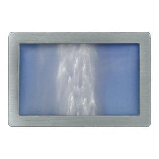 Wasserbrunnen mit einem blauen Himmel Rechteckige Gürtelschnalle