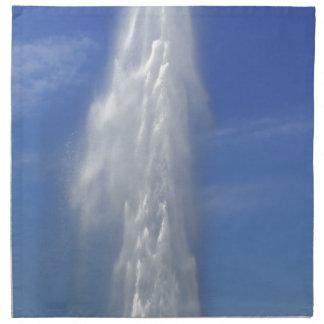 Wasserbrunnen mit einem blauen Himmel Serviette