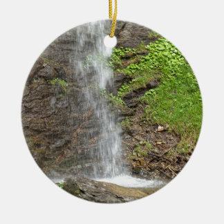 Wasserfall des Finsterbach in dem Ossiacher See Rundes Keramik Ornament