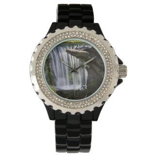 Wasserfall fokussiert armbanduhr