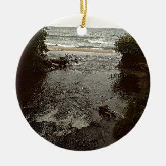 Wasserfall im Strand Rundes Keramik Ornament
