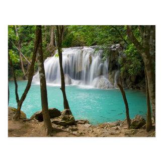 Wasserfall im tropischen Wald Postkarte