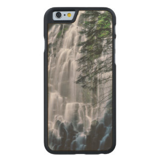 Wasserfall im Wald, Oregon Carved® iPhone 6 Hülle Ahorn