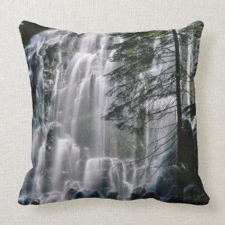 Wasserfall im Wald, Oregon Kissen