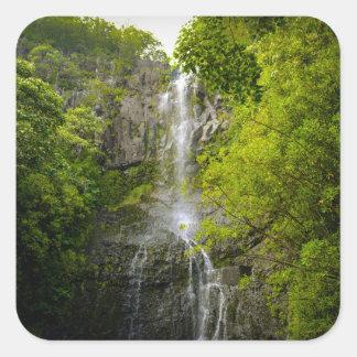 Wasserfall in Maui Hawaii Quadratischer Aufkleber