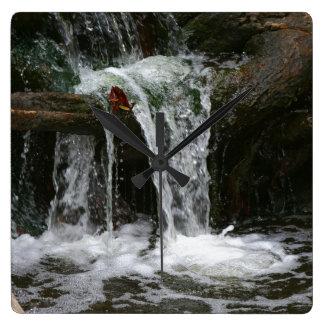 Wasserfall-Strom-Oregon-Wildnis, die Traum wandert Quadratische Wanduhr