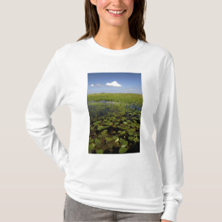 Wasserlilien und sawgrass in Florida-Sumpfgebieten T-Shirt