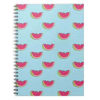 Wassermelone-Scheiben auf aquamarinem Muster Notizblock