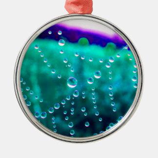 Wassertropfen im Spinnennetz, farblich verändert, Rundes Silberfarbenes Ornament