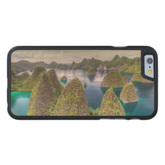 Wayag Insellandschaft, Indonesien Carved® iPhone 6 Hülle Ahorn
