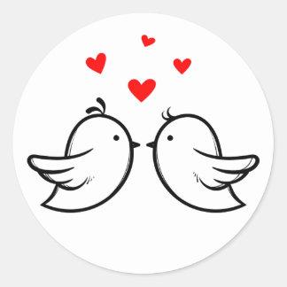 Wedding Schwarzweiss-Lovebirds-rote Herzen Runder Aufkleber