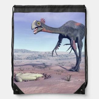 Weibliches gigantoraptor, das zu seinem Nest geht Turnbeutel