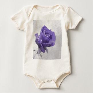 Weiche lila Rose hergestellt durch Tutti Baby Strampler