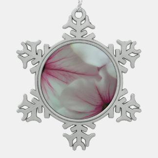 Weiche und empfindliche rosa Petunien Schneeflocken Zinn-Ornament