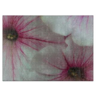 Weiche und empfindliche rosa Petunien Schneidebrett