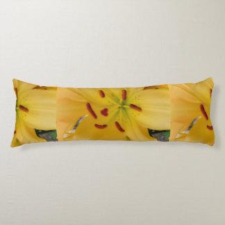 Weiche und träumerische gelbe Lilie Seitenschläferkissen