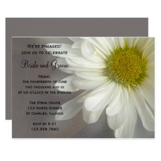 Weiches weißes Gänseblümchen auf grauem Karte