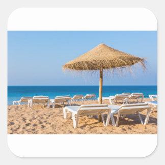Weidensonnenschirm mit Strand beds.JPG Quadratischer Aufkleber