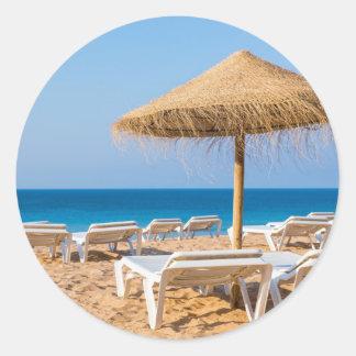 Weidensonnenschirm mit Strand beds.JPG Runder Aufkleber