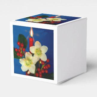 Weihnacht,Advent, brennende rote Kerze festlich Geschenkschachtel