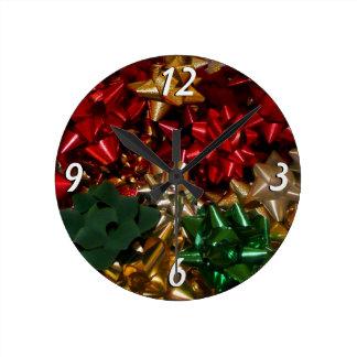 Weihnachten beugt bunten festlichen Feiertag Runde Wanduhr