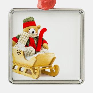 Weihnachtsbär im hölzernen Pferdeschlitten auf Silbernes Ornament