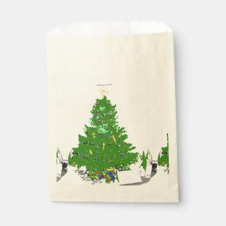 Weihnachtsbaum der Mammas mit Birnen auf rosa Geschenktütchen
