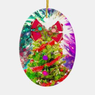 Weihnachtsbaum in den vollen Farben Ovales Keramik Ornament