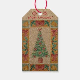 Weihnachtsbaum mit Dekorationsrot beugt Geschenkanhänger