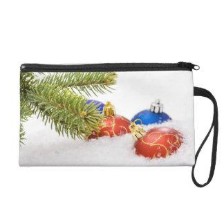 Weihnachtsbaum-Verzierungen im Schnee Wristlet Handtasche