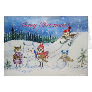 Weihnachtseulen, die im Schnee spielen Karte