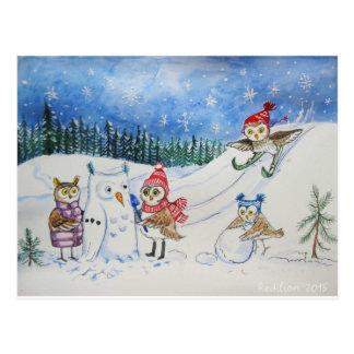 Weihnachtseulen, die im Schnee spielen Postkarte