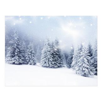 Weihnachtshintergrund mit Snowy-Tannenbäumen 2 Postkarte