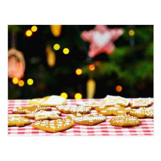Weihnachtskekse auf der Tabelle mit einem Postkarte