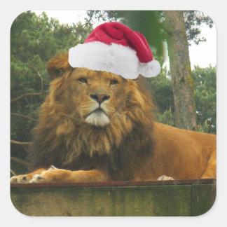 Weihnachtslöwe-tragende Weihnachtsmannmütze Quadratischer Aufkleber