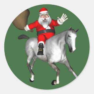Weihnachtsmann, der ein graues Pferd reitet Runder Aufkleber