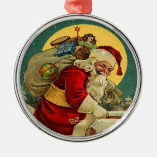 Weihnachtsmann, der in der Kamin-Verzierung Silbernes Ornament