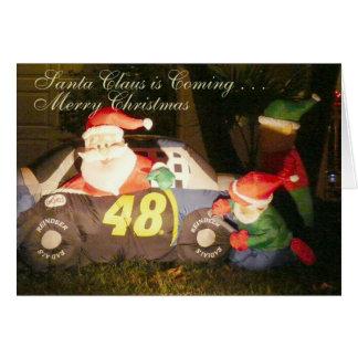 Weihnachtsmann und Elfe im albernen Fahrzeug Karte