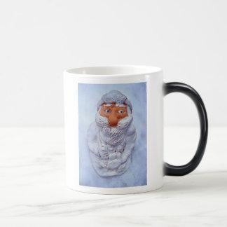 Weihnachtsmann, verloren und im Schnee eingefroren Kaffeetasse