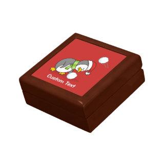 WeihnachtsPinguin, der einen Schneeball erhält Geschenkbox