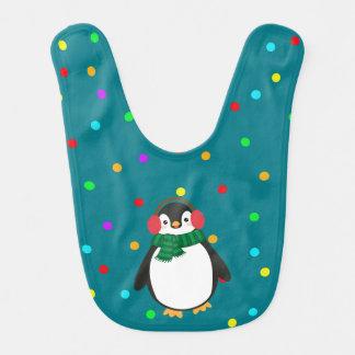 WeihnachtsPinguin mit Ohrenschützern auf grünem Lätzchen