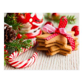Weihnachtsplätzchen mit festlicher Dekoration Postkarte
