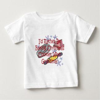 Weihnachtsplätzchen mit Großmutter Baby T-shirt
