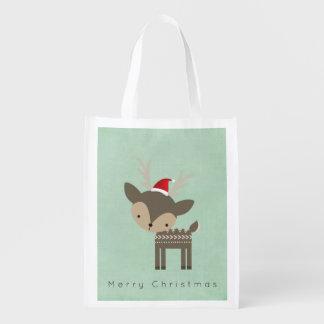 Weihnachtsrotwild in einem rote wiederverwendbare einkaufstasche