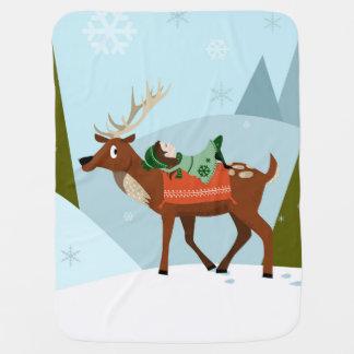 Weihnachtsrotwild und -elf auf schneebedeckten kinderwagendecke